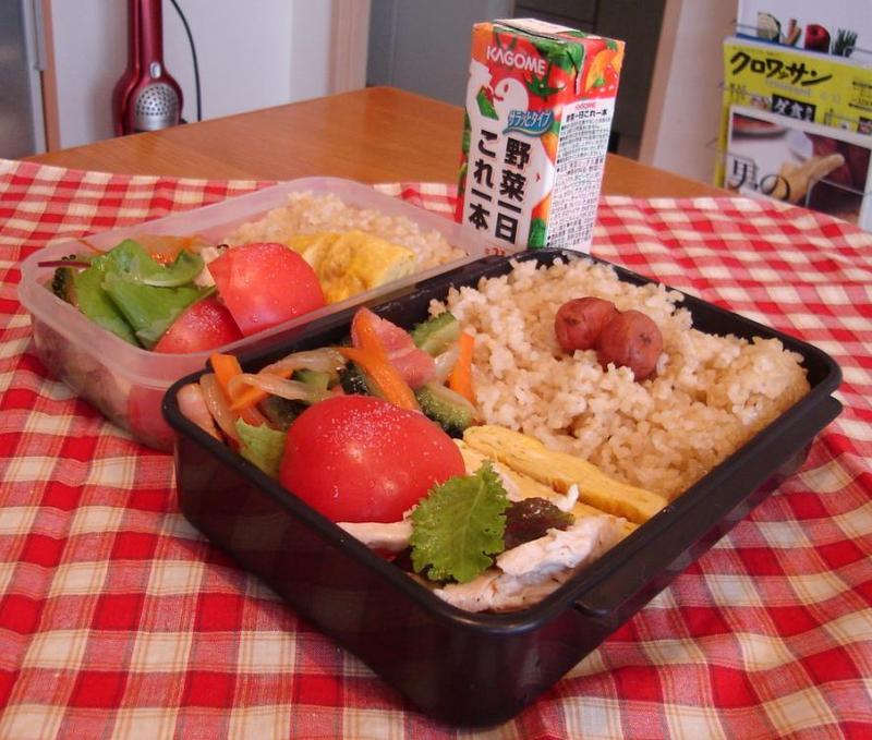 野菜炒めと蒸し鶏弁当