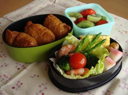 【塾弁当】お稲荷さんとサラダ