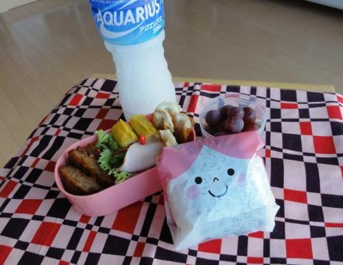 【夏の部活弁当】たらこおにぎりとハンバーグ